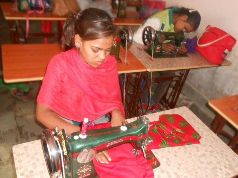 tey-por-yee-donates-sewing-machine-to-single-mother